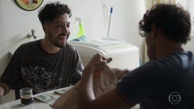 Érico e Getúlio contam o dinheiro roubado da casa de Isadora - Getúlio comemora ao ver que eles conseguiram mais do que o esperado e aconselha Érico a sair da escola