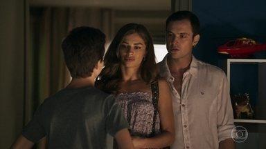 Lívia sai com Gael e deixa Tomaz sozinho em casa - O menino se incomoda com a forma como a mãe de criação o trata