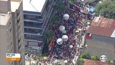 Mililtantes estão reunidos em frente ao Sindicato dos Metalúrgicos do ABC - Eles apoiam o ex-presidente Lula, que passou a madrugada no prédio após pedido de prisão.