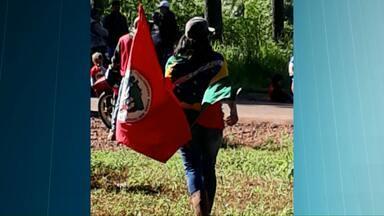Integrantes do MST bloqueiam rodovias no Paraná - Alguns bloqueios estão sendo abertos de meia em meia hora.