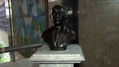 Gumersindo Bessa recebe homenagem póstuma - Restos mortais do jurista sergipano foram colocados em um busto no fórum que tem o nome dele.