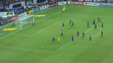 Aos 37`, Bruno Melo cobra a penalidade na trave... - Aos 37`, Bruno Melo cobra a penalidade na trave...
