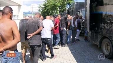 Mais de 140 presos na maior operação contra milícias no RJ são transferidos para presídio - Eles vendiam certa segurança para os moradores. Escutas telefônicas gravadas com autorização da justiça revelaram como a quadrilha agia e detalhes das extorsões.