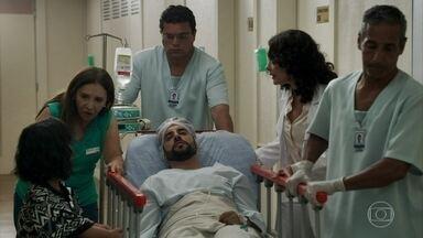 Amaro é levado para a sala de cirurgia - Estela e Rosalinda dão suporte emocional para o rapaz