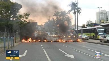 Manifestantes protestam contra a prisão do ex-presidente Lula na Av. Antônio Carlos, em BH - Lula foi condenado a 12 anos e 1 mês de prisão.