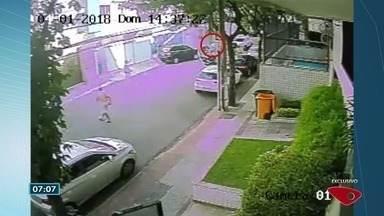 Vídeo mostra motorista atirando em homem após capotar carro em Vitória - Confusão aconteceu no dia 1º de abril no bairro Jardim da Penha. Jovem de 21 anos estava dirigindo o veículo e efetuou os disparos.