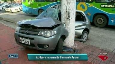Carro bate em poste na avenida Fernando Ferrari, em Vitória - Duas pessoas ficaram feridas.