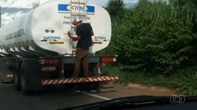 Homem é flagrado pegando carona na traseira de um caminhão-tanque, em Goiás - Flagrante foi enviado pelo aplicativo Quero Ver na TV (QVT).