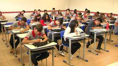 Pesquisa identifica que alunos saem da escola sem preparação para o mercado de trabalho - A pesquisa revelou que muitas pessoas não confiam na formação que os estudantes recebem nas escolas públicas.