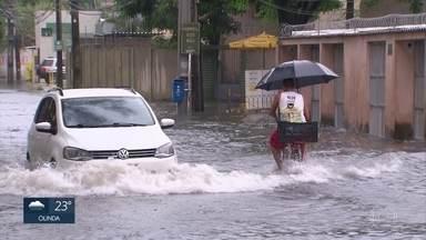 Chuva alaga bairro da Ilha do Leite, no Centro do Recife - Na manhã desta quarta (11), carros tiveram pneus estourados após subirem o meio-fio escondido pela água.