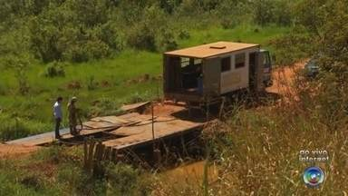 Vicinal de Tanabi é interditada após ponte improvisada ser danificada - A Vicinal Izidoro Saram - que liga Tanabi (SP) ao distrito de Ibiporanga (SP) - está interditada de novo. A ponte móvel que foi colocada na cratera aberta pela chuva foi danificada. Uma das chapas de ferro da estrutura foi arrastada por um caminhão. Agora o motorista que usa essa estrada terá que pegar um desvio que pode chegar a 30 quilômetros de distância.