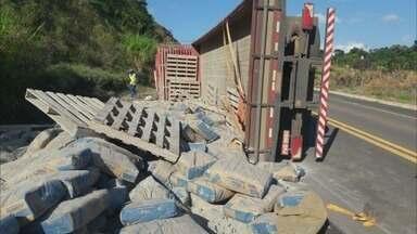 Motociclista morre em acidente; caminhão de cimento tomba na BR-146; caminhão atinge casa - Motociclista morre em acidente; caminhão de cimento tomba na BR-146; caminhão atinge casa