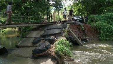 Moradores do bairro Chapéu do Sol, em Paraty, estão ilhados - Ponte desabou no Rio Camburi após uma chuva forte. Eles só conseguem entrar e sair do bairro a pé porque eles mesmos construíram outra ponte improvisada.
