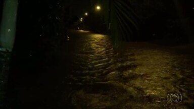 Casas são invadidas pela água durante chuva em Palmas - Casas são invadidas pela água durante chuva em Palmas
