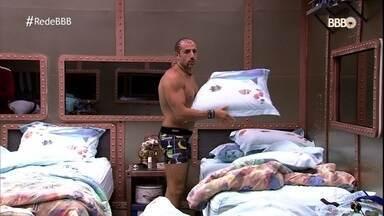 Kaysar procura o travesseiro de Jéssica - Ayrton diz que é impossível reconhecer o travesseiro pelo cheiro e Ana Clara repreende o pai