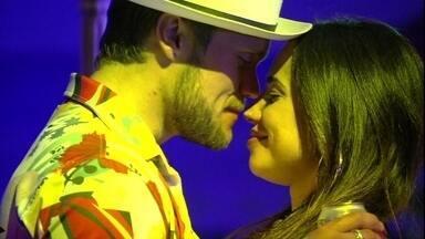Paula elogia beijo de Breno: 'Gostoso' - Paula e Breno se beijam em um canto da festa