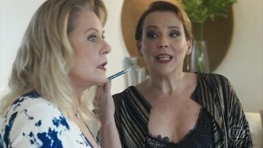 Isadora provoca Ana com o sucesso de seu brechó - Ana se interessa ao ver uma socialite no local
