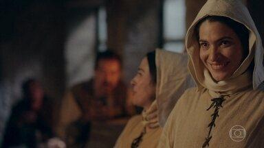 Lucrécia e Mirtes chegam à taverna - A Irmãs decidem entrar no local e Mirtes se interessa por um homem