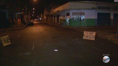 Rua recapeada fica sem sinalização no bairro Campos Elíseos em Ribeirão Preto, SP - Com medo de acidentes, moradores e comerciantes sinalizar o trecho com giz.