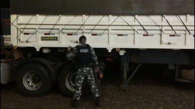 Quase 300 quilos de cocaína são apreendidos - A droga estava no compartimento falso de uma carreta.