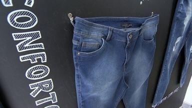 Marca plus size usa tecnologia em calças jeans que se adaptam ao corpo - As calças da marca têm numeração adequada, modelagem especial e tecido confortável.