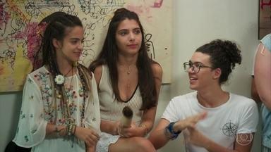 Paulo e Gabriela começam a se entender - Brigitte começa a cantar e todos tentam disfaçar o incômodo. Os alunos imploram que Jade cante no lugar da professora