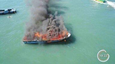 Lancha pega fogo em São Sebastião - Ninguém ficou ferido.