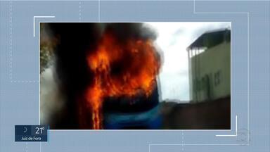 Ônibus é incendiado em São Joaquim de Bicas - Três pessoas foram suspeitas do crime.