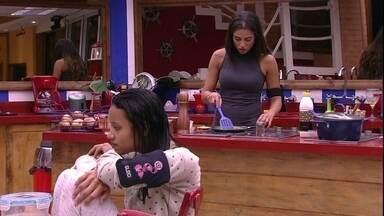 Paula prepara comida para Gleici e diz: 'Gosto de cozinhar' - Paula prepara comida para Gleici