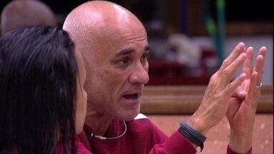 Ayrton aposta: 'A pessoa que for para o Paredão escolhe com quem ela vai' - Brothers conversam na cozinha
