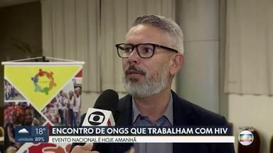 Brasília sedia encontro nacional de ONGs sobre HIV - 35 ONGs de todo o Brasíl participarão. O foco do debate é promover ações de prevenção, principalmente entre os jovens, grupo onde os casos de HIV vêm aumentando.Evento será no Hotal Grand Bitter, no Setor Hoteleiro Sul.