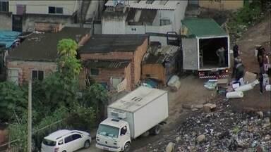 Globocop flagra roubo de cargas no Complexo da Pedreira, na Zona Norte do Rio - Bandidos foram flagrados descarregando carga roubada no Complexo da Pedreira, na Zona Norte. A ação aconteceu perto de uma equipe da Força Nacional de Segurança.