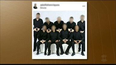 Estudantes postam foto de formatura com gesto obsceno e pedem desculpas - Eles dizem que foram 'ingênuos ao não perceberem que tal imagem poderia trazer uma conotação negativa da imagem da mulher'.