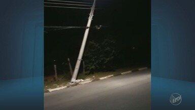 Situação de poste preocupa motoristas de Sumaré - O poste, que fica na Rua José Vedovato, está quase caindo. A CPFL informou que a estrutura foi danificada por terceiros e prometeu trocar ainda nesta terça-feira (17).
