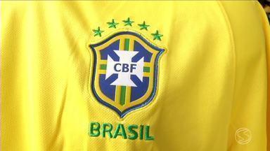 Lojas de Volta Redonda já registram aumento nas vendas de itens ligados à Copa da Rússia - Estabelecimentos especializados em artigos esportivos já estão no clima do Mundial, que impulsiona venda de camisas do Brasil e de outras seleções.