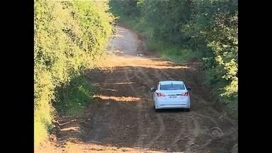 Moradores desembolsam R$ 10 mil para consertar estrada em Santa Maria - Em Arroio do Só, cansados de esperar pelo conserto, os próprios moradores resolveram agir.