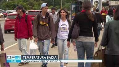 Semana mais fria do ano - O brasiliense saiu bem agasalhado nessa quarta-feira. Os termômetros marcavam 16º pela manhã, mas a sensação térmica era de 10º , por causa do céu encoberto e vento forte. De acordo com Inmet, o sol volta no sábado.