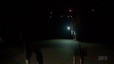 O calendário do Paraná TV mostra a escuridão de uma das ruas do Butiatuvinha - O roubo da fiação e das lâmpadas há dois meses deixou os moradores no escuro. A prefeitura promete resolver o problema em duas semanas