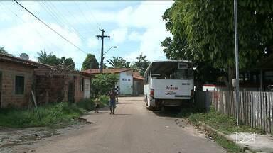 Ônibus parado causa confusão no trânsito de rua do bairro Vila Vitória em São Luís - Pedestres e motoristas reclamam da falta de visibilidade no local e temem o risco de acidentes.