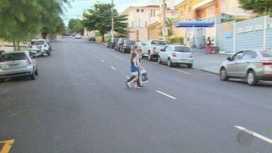 Faixa de pedestre é apagada e enfrentam dificuldades para atravessar em ruas de Ribeirão - Após recapeamento, carros andam em maior velocidade e pedestres enfrentam problemas para atravessar.