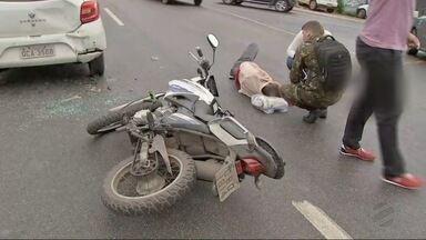 Acidente entre carro e moto causa congestionamento na avenida da Feb - Acidente entre carro e moto causa congestionamento na avenida da Feb.