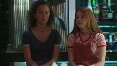 Flora incentiva Maria Alice a dar uma chance a Leandro - Maria Alice desabafa com a irmã de Alex