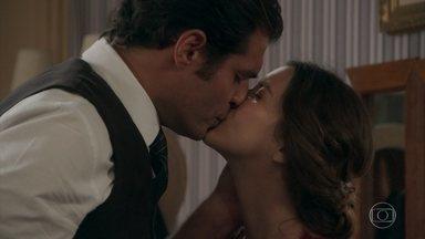 Darcy diz que Elisabeta deu abertura a Olegário no baile - Elisabeta se chateia ao pensar que todos querem que ela deixe de ter ousadia sobre a vida. Os dois acabam se entendendo e se beijam com paixão