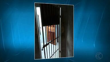 Detento é encontrado morto dentro de cela em delegacia de Juiz de Fora - Caso ocorreu na madrugada desta quinta (19) enquanto ocorrência era registrada pela PM. Polícia Civil vai investigar o caso.