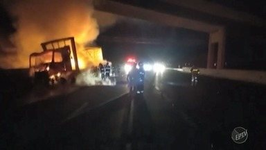 Técnicos analisam estrutura de viaduto na Rodovia dos Bandeirantes atingido por chamas - Um caminhão pegou fogo na altura do km 88, próximo à Rodovia Santos Dumont, na pista sentido capital. Ainda não se sabe o que provocou o incêndio.