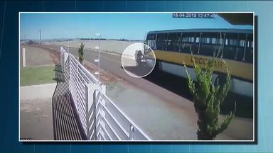 Enxame de abelhas pode ter causado a morte de duas pessoas no sudoeste do estado - Uma câmera de segurança registrou o momento em que uma moto com duas pessoas invade a pista contrária e bate na lateral de um ônibus. Segundo moradores, o motociclista estaria desviando de um enxame de abelhas.