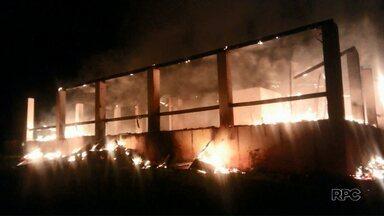 Incêndio destrói casa em propriedade invadida em Laranjal - A polícia está investigando o caso.
