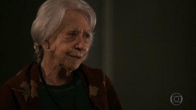 Mercedes insiste que Clara aproxime Adriana de Beth - Vidente afirma que essa é a única maneira de salvar a vida da mãe da milionária