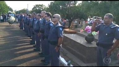 PM morto em tiroteio dentro de ônibus em SP é enterrado - Parentes e amigos se despediram neste sábado (21) do policial militar Elton Ricardo Cunha. Ele morreu com cinco tiros ao tentar impedir um arrastão na quinta-feira (19). Um suspeito foi preso na sexta-feira (20).