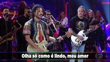 Natiruts apresenta 'Beija Flor' - A banda traz o clima do reaggae para o palco do Domingão